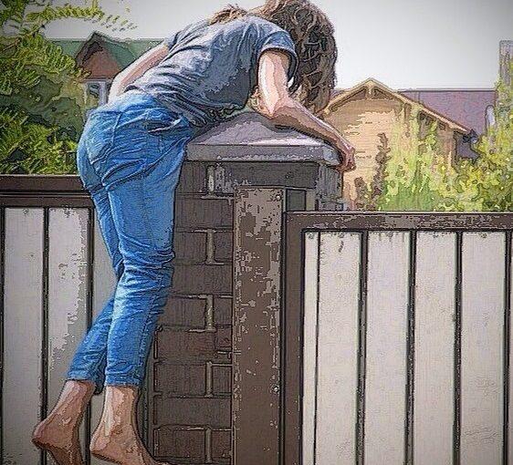 нет калитки перелезай через забор, девушка полезла через забор в деревне