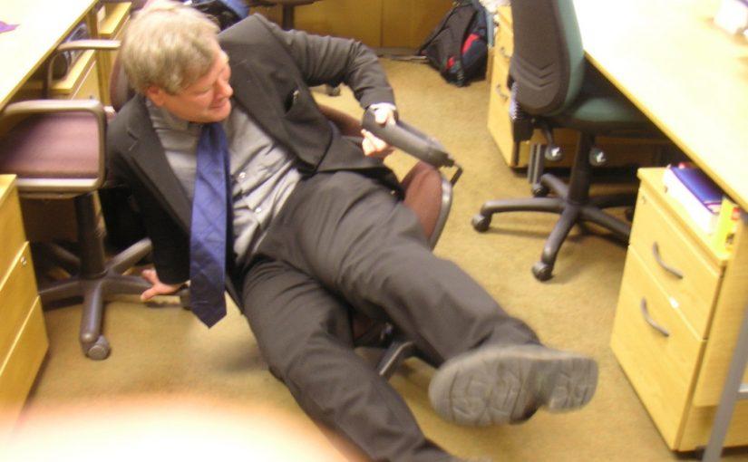 выпивший учитель пришел в школу, пьяный преподаватель зашел в класс и упал на пол