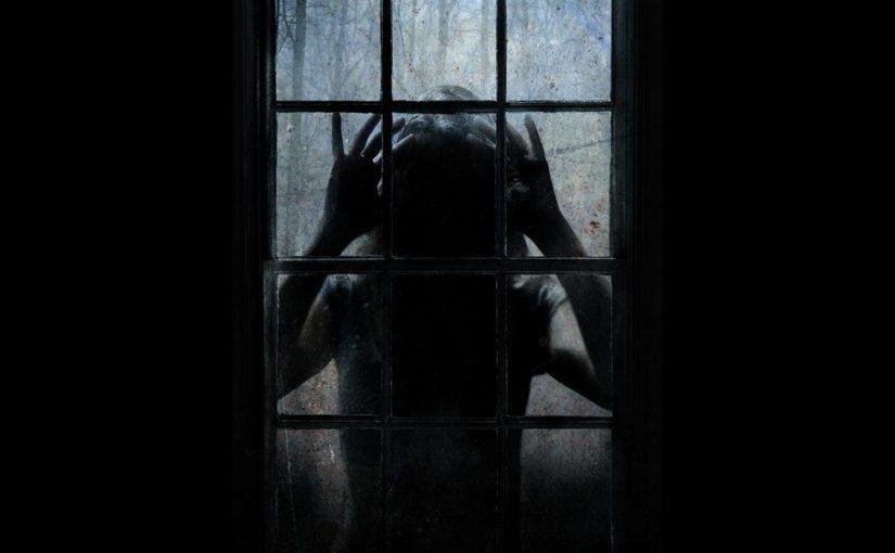заметила чёрный силуэт человека на балконе ночью, он стучал в дверь балкона снаружи