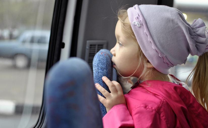 маленькая девочка в автобусе ругает мужика, пока мама отошла за билетом