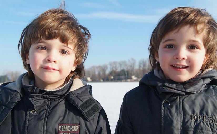 мальчишки одинаковые как близнецы, очень похожи друг на друга