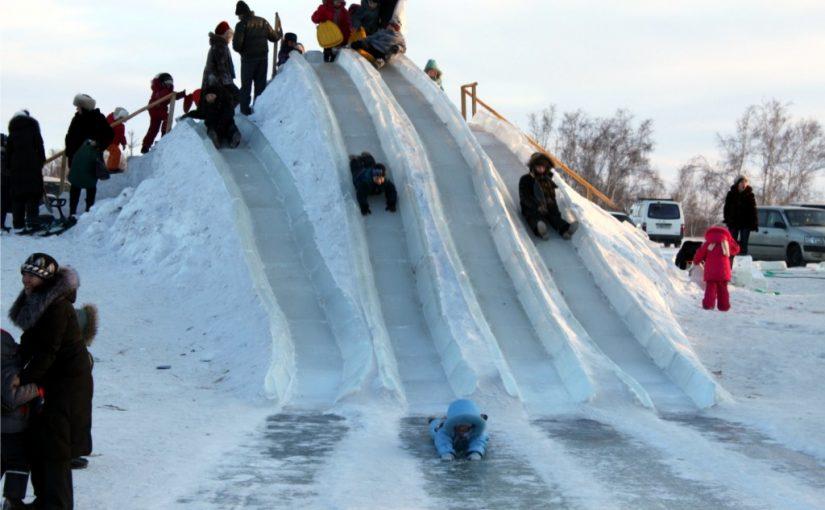 маленький мальчик скатился с ледяной горки и сломал спину позвоночник зимой