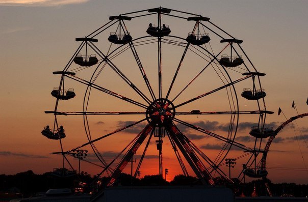 колесо обозрения в теплый летний вечер, лето Москва закат
