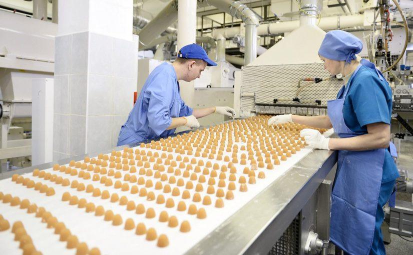 как украсть конфеты с конвейера фабрики