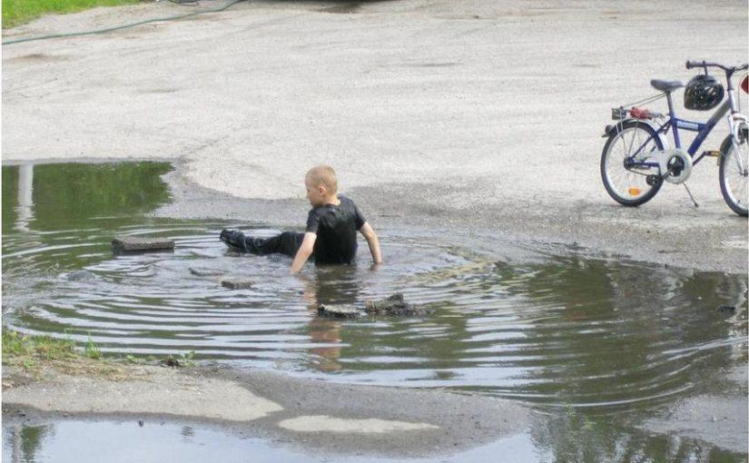 ребенок маленький мальчик упал с велосипеда в лужу и грязный пошел домой
