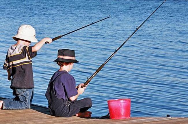 первый улов, дети поймали рыбу, на что лучше ловить на червя или хлеб