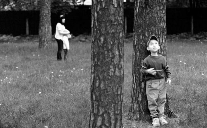 дети прячутся от взрослых и следят за ними