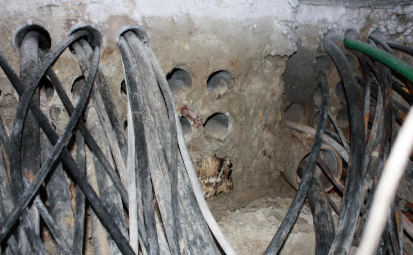 мужчина проволился в телефонную шахту в городе