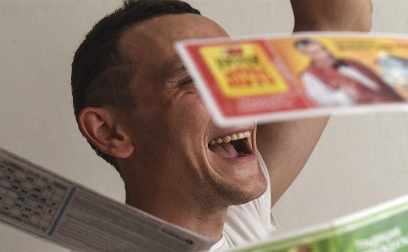 мужчина выигрыш, лотерейный билет