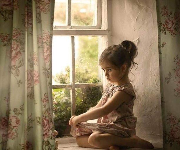 Девочка в платье,шторы, занавески